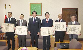 福田市長を囲む左から永戸さん、斎藤さん、服部さん、田邉さん、小柴さん