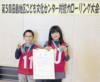 優勝を喜ぶ原田さん(右)と星野さん