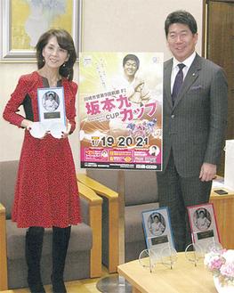 優勝者への記念品を手にする柏木さん(左)と福田市長