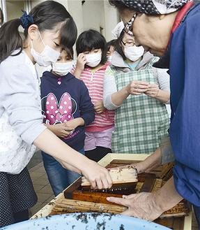 石渡さん(右)の指導を受ける児童