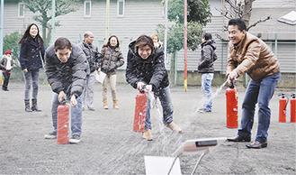 消火訓練を行う外国人市民ら
