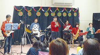 バンド演奏や落語など楽しいステージも