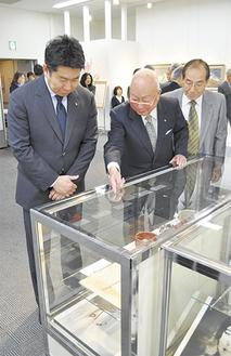 福田市長(左)に展示品を説明する斎藤委員長(中央)