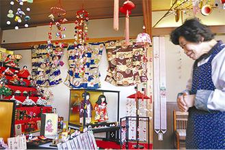 長年にわたって収集した雛飾りに見入る福嶋照子さん