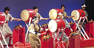 舞踊や民謡など様々な沖縄芸能が披露された