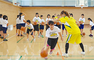 選手から技術を教わる生徒