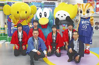 実行委員会のメンバー(手前左が星野会長)と日本工学院専門学校の学生ら