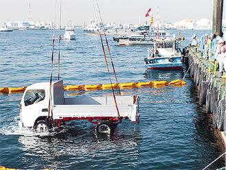 海底に沈んでいた2tトラックを引き上げる訓練の様子