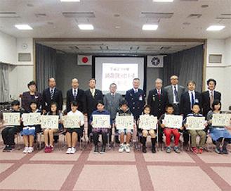 式で表彰された児童(手前10人)
