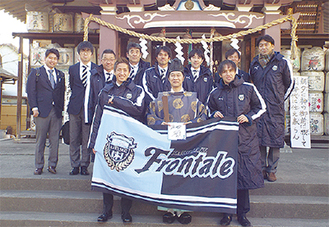 前列左から狩野選手、中村宮司、大塚選手