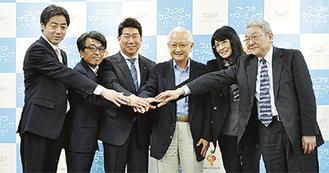 発表会に出席した(左から)東京交響楽団の大野楽団長、佐山さん、福田市長、秋山さん、松井さん、日本オーケストラ連盟専務理事の吉井實行さん