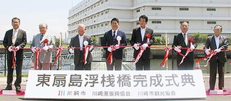 福田市長(中央)をはじめ桟橋完成を祝う式典参加者