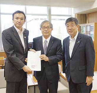 要請書を手にする関係者(左から石田川崎市議会議長、比嘉会長、飯塚議員)