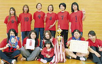 優勝を喜ぶ小田中央チーム