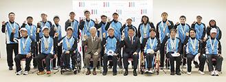 成績報告を行った川崎市選手団と福田市長ら