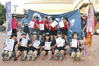 優勝した渡田中女子バドミントン部のメンバー