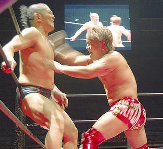 鈴木選手に果敢に立ち向かう田村選手(右)