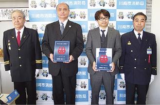 表示証を手にする小原修岩本開発(株)部長(左)、江崎穣川崎ルフロン総括支配人