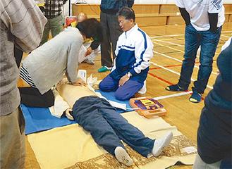 AED操作を体験する参加者