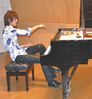 ピアノ演奏を披露する榊原さん