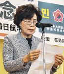 123人が出席して70周年を祝う関係者(上)と、あいさつに立つ柳菊子団長
