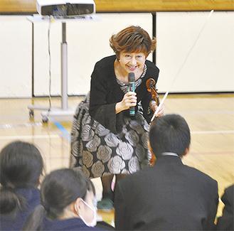 生徒に語りかける大谷さん