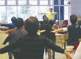掛け声とともに手足を動かす参加者