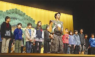 演技指導を受ける小学生