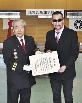 感謝状を手に記念写真に収まる蝶野正洋さんと工藤宏団長(右から)