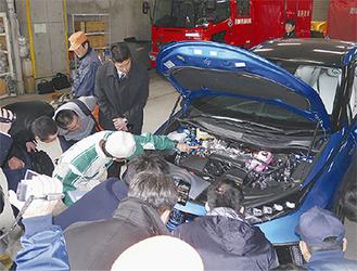 燃料電池車「MIRAI」の説明を受ける署員