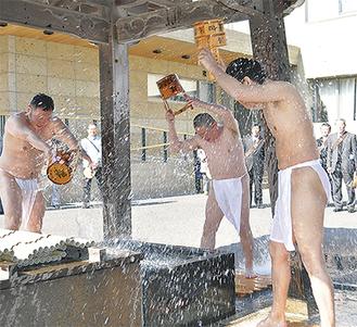 勢いよく水を被る僧侶