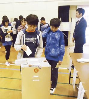 投票を行う子ども達