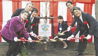 ハナミズキを囲む上野区長(中央右)、佐藤校長(右から2人目)、潮田凱生徒会長(中央左)ら