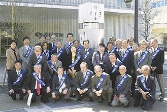 時計を囲む同クラブメンバーと上野葉子幸区長
