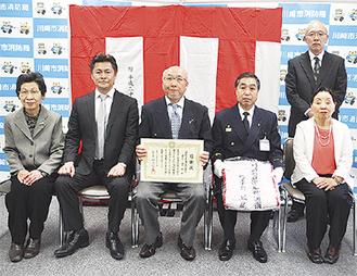 寄贈した西尾理事長(中央)と京増署長(右から2人目)、同組合理事ら