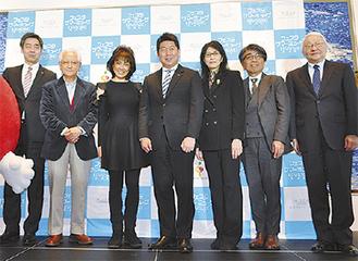 福田市長(中央)とプロデュースした音楽家ら