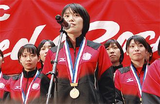 優勝報告をする岩崎選手