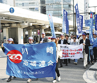 デモ行進する参加者