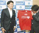 Tシャツにサインし、福田市長に贈る篠山選手(左)=7日