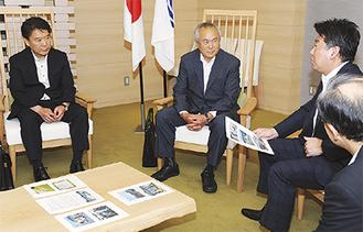 活動内容について話す山口会長(中央)、理事の山川朗さん(左)
