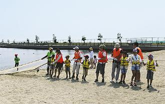 地引網で魚を獲る参加者