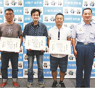 (左から)表彰状を受け取った山口さん、藤原さん、野島さんと石井署長