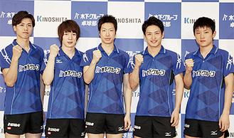 卓球部メンバー(右・張本選手、中央・水谷選手)
