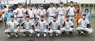 開会式の行われた神宮球場前で誇らしげなメンバー