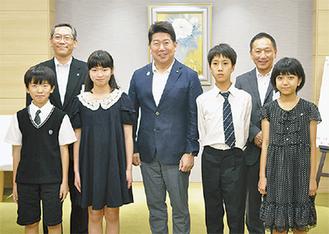 福田市長を囲む子ども親善大使