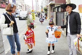 仮装をして商店街を歩く子どもたち
