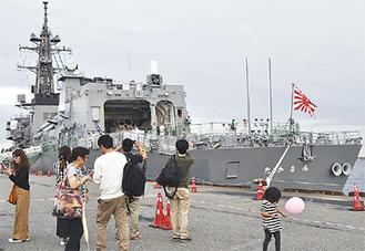 写真を撮る人もいた護衛艦のたかなみ