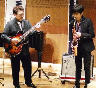 即興の演奏を披露する渡辺氏(左)と本田氏