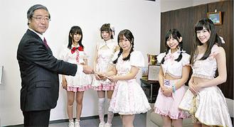 曽禰理事長(左)から任命書を受け取る川崎純情小町☆