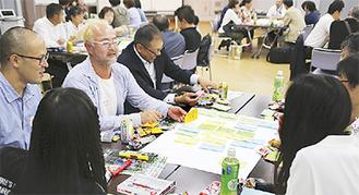 過去の参考事例 28・29年度で選ばれた「こすぎの大学」。毎月第2金曜日の夜、武蔵小杉在住または在勤者で集まる学び舎。武蔵小杉に関わりのある人を講師に迎え、学ぶことで「こすぎ」の魅力の創出や再発見が生まれている。写真は2016年10月開催の様子